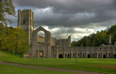 From Wikipedia: Fountains Abbey is near to Aldfield, approximately two miles southwest of Ripon in North Yorkshire, England. It is a ruined Cistercian monastery, founded in 1132. Fountains Abbey is one of the largest and best preserved Cistercian houses in England. It is a Grade I listed building and owned by the National Trust. Along with the adjacent Studley Royal Water Garden, it is a UNESCO World Heritage Site. ( en.wikipedia.org/wiki/Fountains_Abbey )  Extrait de Wikipedia: L'abbaye de…