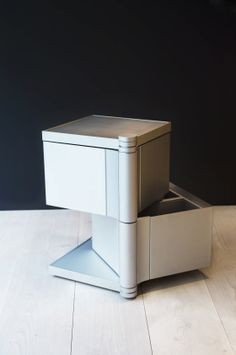 Trash can be disposed of quickly and easily with the mobile waste element. The solitaire can be opened from the top or by swinging the sections out to the side. #bulthaup #Solitaires