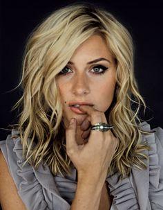 Medium, wavy, blonde hair. Blonde waves always have so much definition!