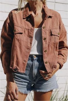 Fashion Tips Clothes Rust Denim Jacket - elisonrd.Fashion Tips Clothes Rust Denim Jacket - elisonrd Outfit Stile, Outfit Chic, Spring Outfit Women, Spring Outfits, Outfit Ideas Summer, Summer Weekend Outfit, Winter Outfits, Ootd Spring, Spring Summer