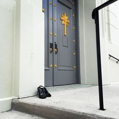 She left her heels on the church steps..... #frenchquarter #NewOrleans #whereilive #church #cinderella #lostshoe by voodooesq