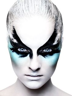 black bird amkeup | Dramatic Black Feather Bird Blue Eye Make-Up | Idées de maquillage