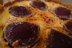 Weihnachtliche Creme-brûlée-Torte mit Glühweinbirnen
