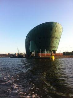 Leuke tip voor een weekendje weg in Amsterdam: Ga met de kinderen naar Science centre Nemo aan het IJ. Het is ook leuk voor de ouders!