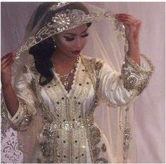 Image de beauty, marriage, and wedding dresses muslim hijab bride princesses Image about beauty in hearty G 2018 by Mooni_z Morrocan Wedding Dress, Morrocan Dress, Moroccan Bride, Engagement Dresses, Wedding Dresses, Kaftan Moroccan, Arabic Dress, Oriental Dress, Muslim Brides