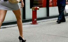 Fotografava le donne sotto la gonna: assolto dal giudice Era finito a processo per avere fotografato qualcosa come 5 mila donne sotto la gonna, senza che nessuna di loro se ne accorgesse. Ed è proprio per questo dettaglio, riferisce il Corriere della Sera, #foto #gonne #assolto