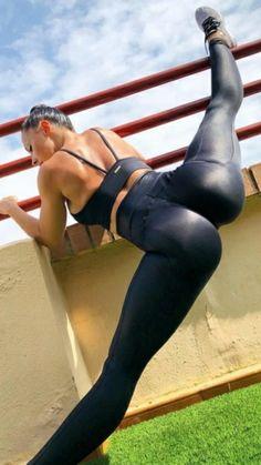 Ass and Beautiful Sexy Women Shiny Leggings, Tight Leggings, Yoga Leggings, Black Leggings, Flexible Girls, Modelos Fitness, Sweet Jeans, Musa Fitness, Strip