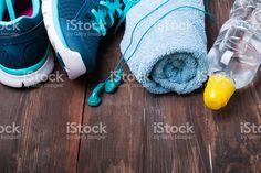 Des baskets, eau, serviettes et écouteurs sur fond en bois  – banque photo libre de droits