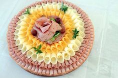 Cold plate - Food and Drink Meat And Cheese Tray, Meat Trays, Meat Platter, Food Trays, Cheese Platters, Meat Appetizers, Appetizers For Party, Appetizer Recipes, Tapas