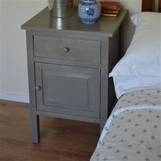 Like this, only natural wood instead of painted. Grey Furniture, Painting Furniture, Accent Furniture, Table Furniture, Home Bedroom, Bedroom Ideas, Master Bedroom, Bedrooms, Bedroom Decor