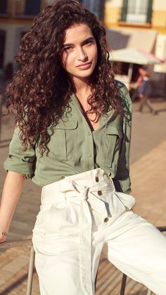 For a modern take on a classic trend, utility themes are refreshed with a minimalistic palette of white and tan to lend a new lightness. H M Outfits, Fashion Outfits, Spring Outfits, Fashion Weeks, Curly Hair Styles, Natural Hair Styles, Curly Girl, Look Fashion, Paris Fashion
