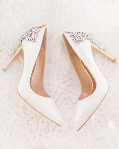 hochzeitsschuhe sandaletten Gorgeous - 5 We feel like these badgleymischkabride GEORGEOUS points could have been what the new Duchess of Sussex worn with her Givenchy dress via charitynoelphoto . Wedding Shoes Bride, White Wedding Shoes, Wedding Shoes Heels, Bride Shoes, Wedding Rings, Wedding Jewelry, Wedding Cakes, Wedding Accessories For Bride, Bridal Heels
