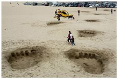 Universal Studio's publicity stunt: huge footprints left in the sand on Santa Monica Beach, complete with a crushed lifeguard vehicle for the new King Kong attraction, which is now open at the theme park! Guerilla Marketing, Guerrilla Advertising, King Kong 3, Street Art, Beach Humor, Bigfoot, Santa Monica, Attack On Titan, Urban Art