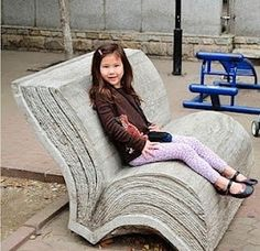 A book bench! I would love one of these in a bookstore or a library. (That's awesome! Cool Books, I Love Books, Books To Read, My Books, World Of Books, Library Books, Mini Library, Free Library, Book Nerd