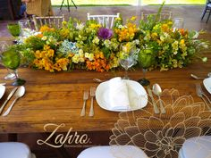 Amarillos y verdes en mesa capuchino