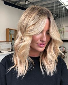 Blonde balayage on medium layers for fine hair? Yes, that would give you a flawless look. Blonde Hair Cuts Medium, Blonde Layered Hair, Medium Length Blonde, Medium Length Hair With Layers, Long Length Hair, Medium Layered Hair, Blonde Hair Looks, Long Hair Cuts, Long Hair Styles
