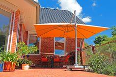 #sonnenschirm #sommertraum #orange Mit unseren Sonnenschirmen werden Deine Stunden im Freien zum Genuss.