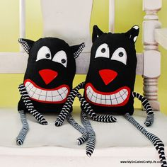 How about a couple of scaredy cats to add to your Halloween décor? Easy to sew with this DIY.