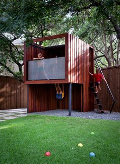 Tres Moderne tree house! We love the look of this, too!