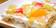 This gorgeous dessert will leave you speechless! Conversations about creamy desserts make my mouth water. Nothing melts my heart as much and as fast as white, creamy desserts do. I know it's sinf… Pinoy Dessert, Filipino Desserts, Filipino Recipes, Crema De Fruta Goldilocks Recipe, Graham Recipe, Panlasang Pinoy Recipe, Biscuits Graham, Colombian Food, Vanilla Pudding Mix