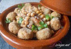 Disposer le smen et les oignons hachés dans une cocotte, mélanger puis ajouter le poulet, les pois chiches et les épices.  Faire revenir puis couvrir de...
