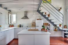 Cocina bajo escalera. Dúplex en Marsella