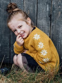Knitting pattern: Sweater with stars for the little ones Beginner Knitting Projects, Knitting For Kids, Knitting For Beginners, Baby Knitting, Kids Girls, Little Girls, Knitting Patterns, Crochet Patterns, Baby Barn