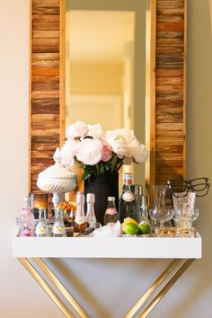 The secret to the Holidays is a well-stocked bar! Get tips and tricks for creating your own ultimate home bar for the holidays, from Indeed Decor. Bar Cart Styling, Bar Cart Decor, Tray Styling, Tray Decor, Mini Bar At Home, Bars For Home, Arabesque, Bandeja Bar, Bar Deco