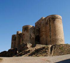 Castillo de Villalba de los Barros.  A lo largo de la historia las comarcas de Tierra de Barros y Zafra-Río Bodión, en el centro de Badajoz, han sido tierra de paso y encrucijada de distintas civilizaciones. (Foto: Diputación de Badajoz) Os invitamos a visitar: http://www.villalbadelosbarros.es/ http://revista.destinorural.com/contenidosDR05.php  http://www.turismohumano.com/boletines/79.html