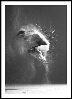 Poster met zwart-wit foto van een dansende vrouw. Een gaaf portret gevuld met energie dat erg doeltreffend wordt op de muur. Deze posters kan mooi alleen of samen met een of meerdere andere posters met fotokunst opgehangen worden. www.desenio.nl
