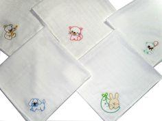 Fralda bordada, com desenhos variados. Diapers, Napkins, Drawings, Outfits, Kids, Needlepoint, Towels, Dinner Napkins, Baby Burp Cloths