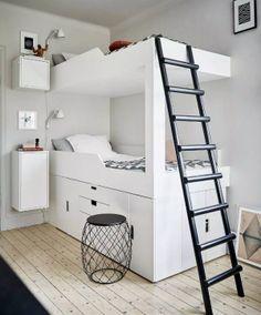 Pour une fois voici un joli lit superposé, classe, sans fioriture tout en blanc avec une échelle noire pour accéder au second étage. On apprécie l'intelligence d'avoir utilisé l'espace sous le premier lit avec les espaces de rangement, le premier lit est donc plus haut que les lits traditionnels! J'imagine que c'est un lit fait lire la suite