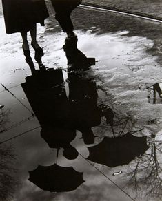 Paul wolff & Alfred Tritschler, man and woman with umbrella Reflection Photography, Night Photography, Street Photography, Creative Couples Photography, Art Photography, Reflection And Refraction, Montage Photo, Shadow Art, Night Couple