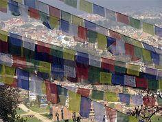Drapeaux de prières avec la ville de Kathmandu en fond. ©SamuelGay via www.routard.com.
