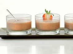 Dolce con yogurt, fragola, avocado al cacao e cannella