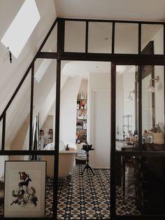 Séparation esthétique et fonctionnelle pour la salle de bain : une verrière ouverte http://www.homelisty.com/verriere-atelier-salle-de-bain/