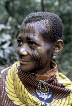 Mbuti woman with facial paint, Epulu, Ituri Forest, DR Congo by Eliot Elisofon 1972 We Are The World, People Around The World, Kingdom Of Kongo, Beauty Around The World, Anthropologie, African Culture, Smile Face, Portraits, Republic Of The Congo