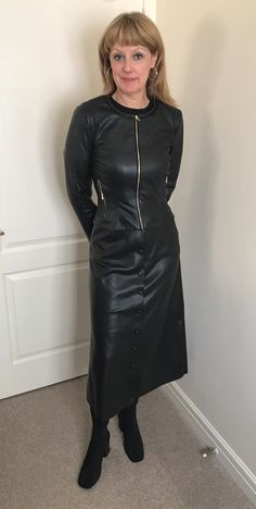 Dressed in leather even at home - Fitish Shirt - ideas of Fitish Shirt - Dressed in leather even at home Leather T Shirt, Long Leather Coat, Black Leather, Leder Outfits, Blouse And Skirt, Dress Skirt, Latex Dress, Raincoats For Women, Sexy Older Women