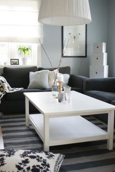 use a white table to make the black couches pop Condo Living, Home Living Room, Apartment Living, Living Spaces, Black Couches, House Inside, Living Room Colors, Decorating Small Spaces, Living Room Inspiration