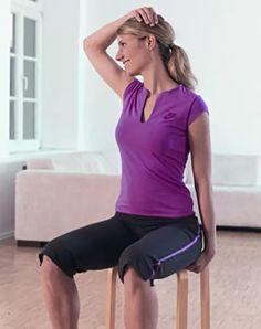 Training: Nacken dehnen: Der Nacken wird flexibler - einer An- und Verspannung wird dadurch entgegen gewirkt Setzt euch auf einen Stuhl, bei dem seitlich unter die Sitzfläche greifen können. Bauchmuskeln leicht anspannen und den Rücken aufrichten. Die Finger dert linken Hand greifen neben euren Po unter die Stuhlkante und haltet euch hier fest. Legt die rechte Handfläche auf den höchsten Punkt eures Kopfes - rechter Ellenbogen ist dabei seitlich nach außen gerichet. Kopf um 45 Grad nach… Fitness Workouts, Fitness Workout For Women, Fun Workouts, Yoga Fitness, Fitness Motivation, Health Fitness, Braided Waves, Squat Challenge, Yoga For Flexibility