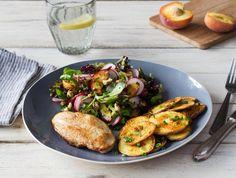Gebakken kipfilet, ovenaardappelen en salade met gegrilde perzik