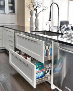 5 Dream Kitchen Must Haves Design and convenience describes my ideal kitchen. Here are my top 5 dream kitchen must have features! Smart Kitchen, Diy Kitchen Storage, Diy Kitchen Cabinets, Cupboards, Kitchen Remodeling, Remodeling Ideas, Awesome Kitchen, Dark Cabinets, Kitchen Organization