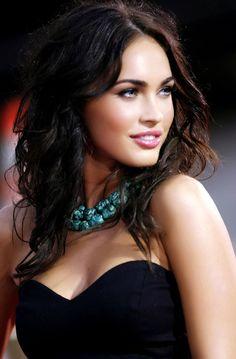 Meganb Fox: Vestido clásico negro con collar turquesa para animar el rostro. #celeb #meganfox #famosas #actris #look #inspiración #sexy