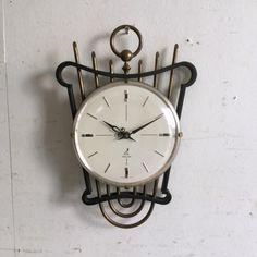JAZの壁掛け時計 人気のJAZの時計。お待たせいたしました!!今回ご紹介させていただくのは非常にレア(希少)なハープのフォルムの壁掛け時計です!モダンな文字盤とアンティークなアイアンと真鍮のフォルムが対照的なミックスも素敵ですね。ご自宅のにはもちろん、カフェやレストラン、洋服屋さん、どこでも目に止まる素敵なインテリアとして飾ってください! Alarm Clock, Clocks, Watches, Antiques, Home Decor, Projection Alarm Clock, Antiquities, Antique
