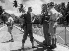 Mariniers in actie Ned. Indië 1946.Soerabaja. Bij het betreden van de brug wordt de kaart bekeken do...