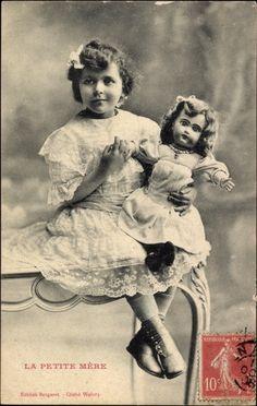 Ansichtskarte / Postkarte La Petite Mère, Mädchen mit ihrer Puppe auf einem Tisch, 1908