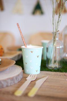 """Pour une fête tendance, ces jolis gobelets en carton de couleur menthe sont décorés de petits motifs blancs et dorés.  Ces 6 verres en carton peuvent contenir 22 cl de liquide, parfaits pour vos jus frais et boissons colorées !  Ces gobelets """"cactus"""" seront idéals pour le thème """"lama"""", ils peuvent également parfaitement convenir pour une belle baby shower aux tons pastels.   #vaissellejetablepetitindien #decorationthèmepetitindien Cactus, Baby Shower, Tableware, Party, Kids, Colorful Drinks, Strawberry Juice, Mint Color, White Patterns"""