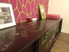 móvel de apoio da nossa sala de reuniões em MDF preto que serve de lousa By Neo Arq SP