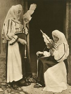 Romania… 2 different sizes of fuseau here Spinning Wool, Hand Spinning, Romania Travel, Vintage Photos Women, Beautiful Costumes, Folk Fashion, Folk Costume, Vintage Photography, Old Photos