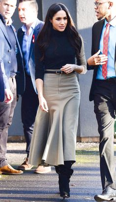 Meghan Markle style and outfits are adored by many fans all over the world. We have collected the best Meghan Markle outfits for you! Estilo Meghan Markle, Meghan Markle Style, Meghan Markle Coat, Meghan Markle Hair, Work Fashion, Modest Fashion, Fashion Outfits, Trendy Fashion, Mode Chic